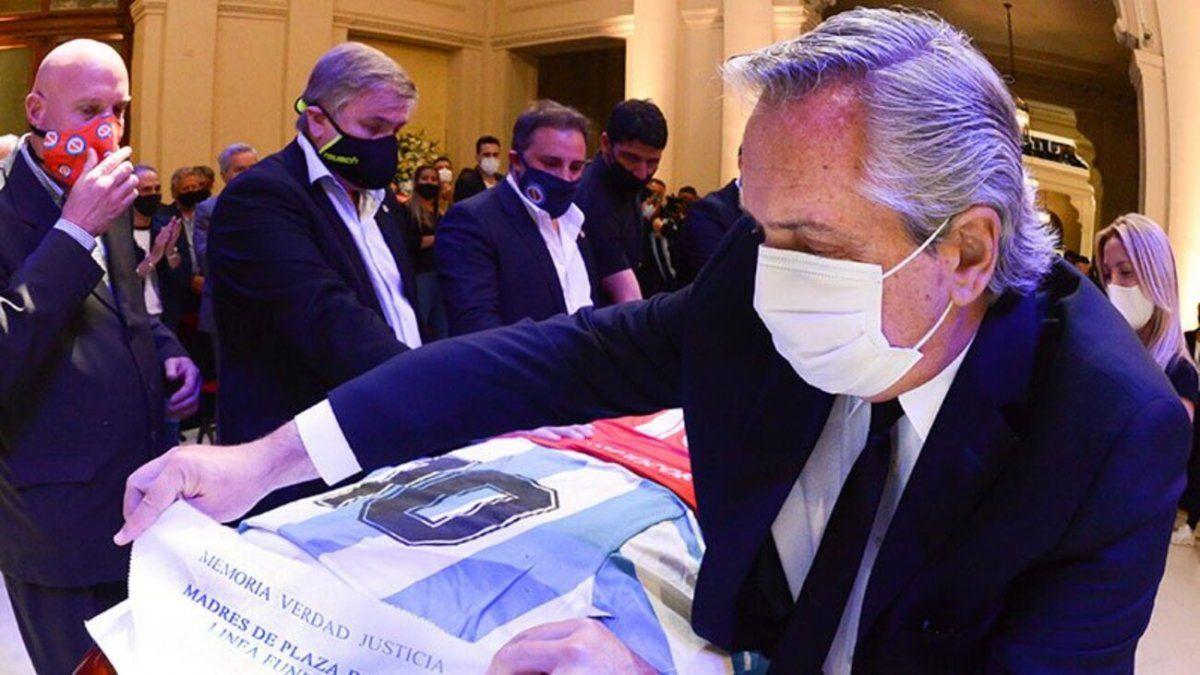 El presidente dejó una camiseta de Argentinos y pañuelos de Madres y Abuelas