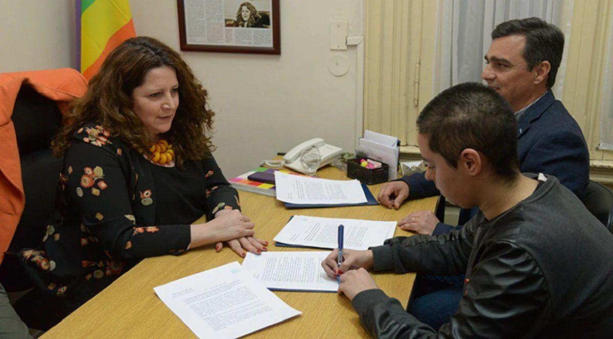 La secretaría de Derechos Humanos firmando un convenio para garantizar el voto.