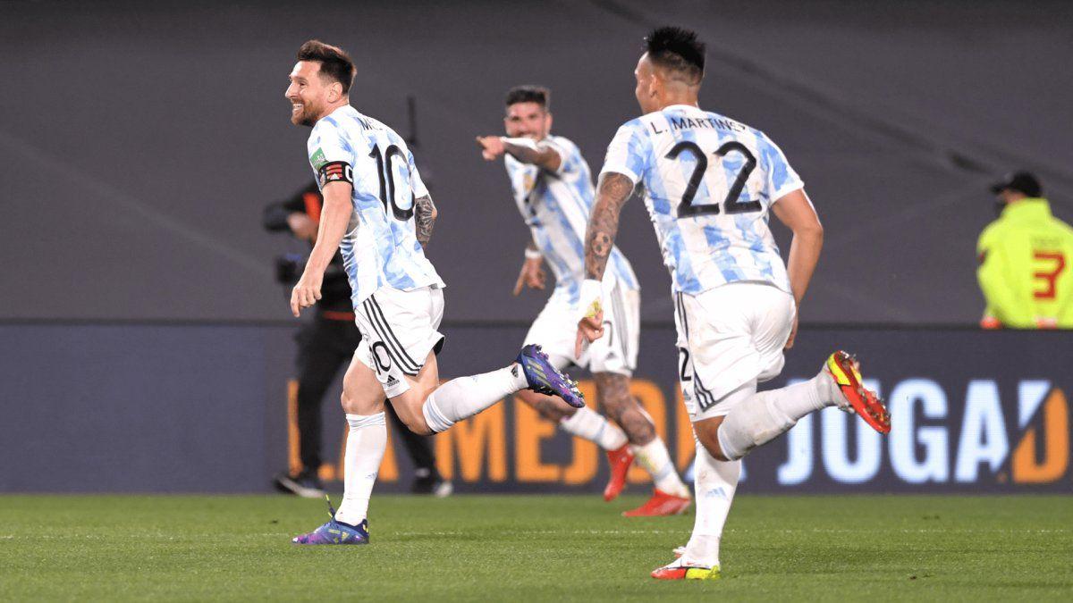 Messi festeja el primero gol de Argentina.