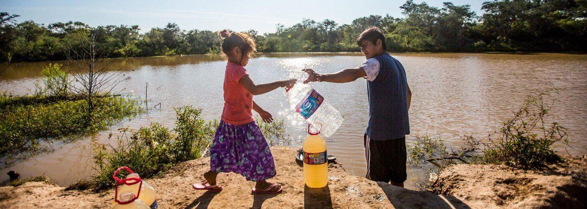 Sequía que duele: la gente toma agua de donde beben los animales