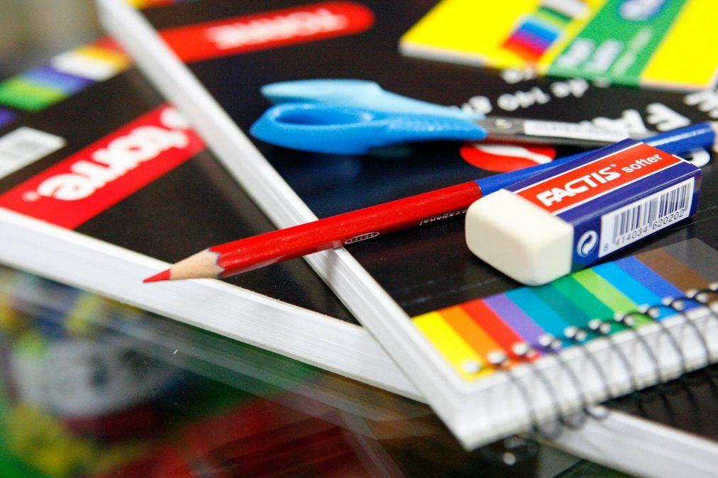 La ANSES brinda la Ayuda Escolar Anual.