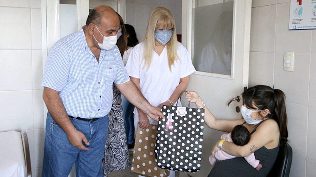 Juan Manzur homenajeó a las madres visitando la Maternidad