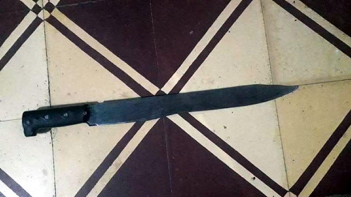Un hombre atacó a su sobrino a machetazos, fue detenido