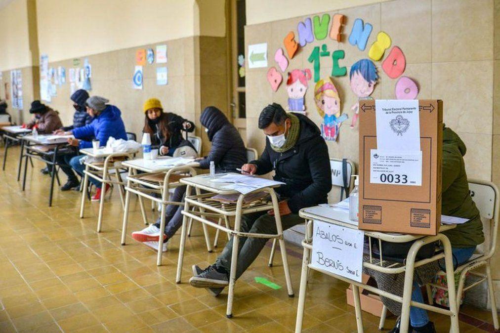 En Tucumán, habrá 3.761 mesas habilitadas para votar, distribuidas en un total de 517 establecimientos. El padrón total asciende a 1.267.045 personas habilitadas como votantes potenciales.