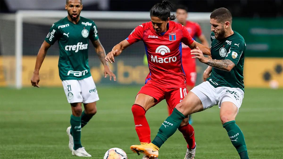 Morales no puede ante la marce de los jugadores de Palmeiras.