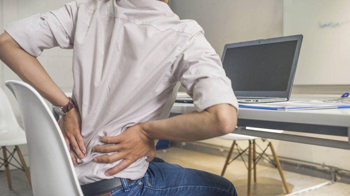 Malas posturas: Qué ejercicios hacer en el escritorio. Foto: osmiss.org.ar