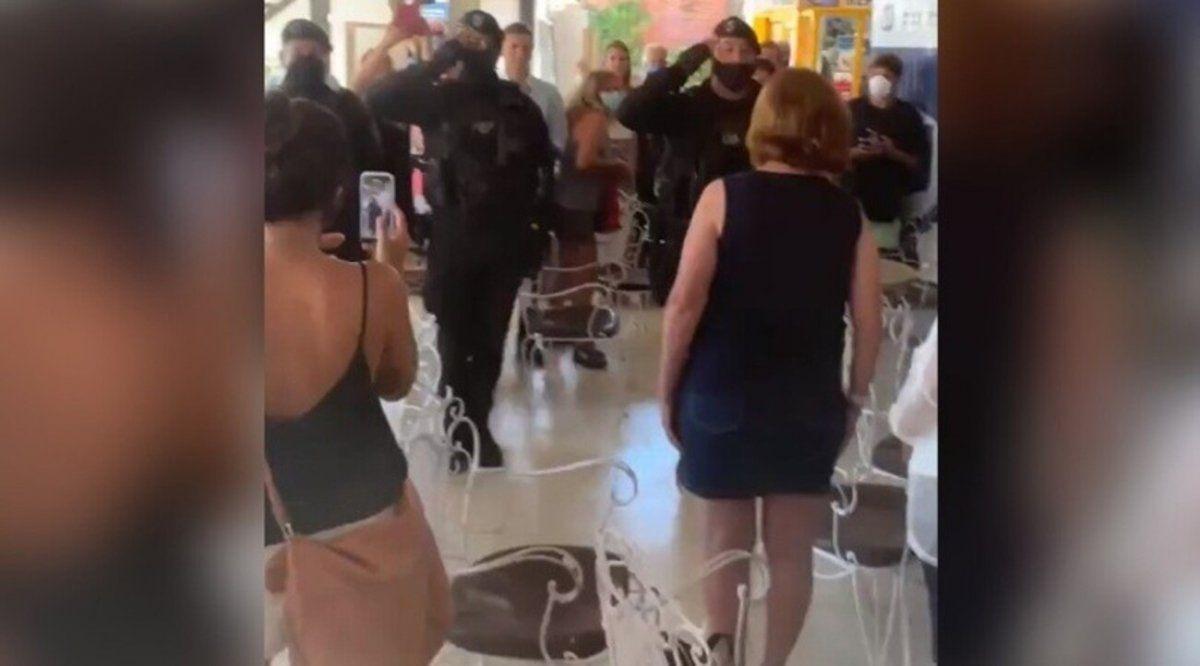 Polémico saludo de policías bonaerenses a Patricia Bullrich
