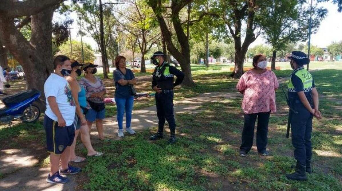 Vecinos se acercaron a los policías en Barrio Juan B Justo.
