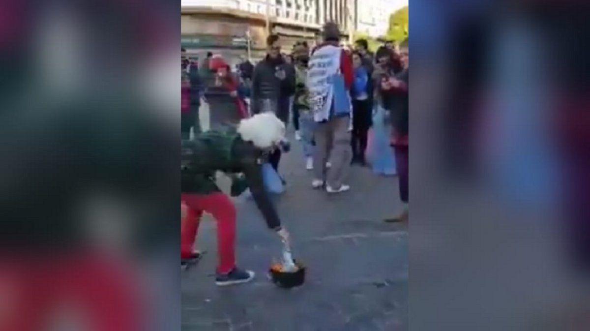 Capital Federal: quemaron barbijos en pleno Obelisco