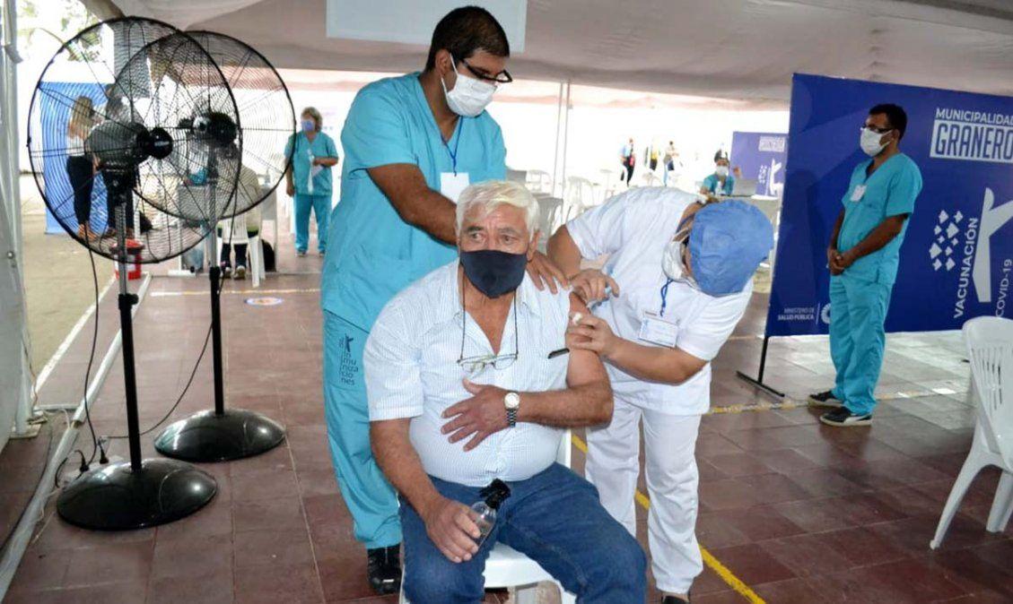 Mayores de 60 comienzan a ser vacunados en el interior