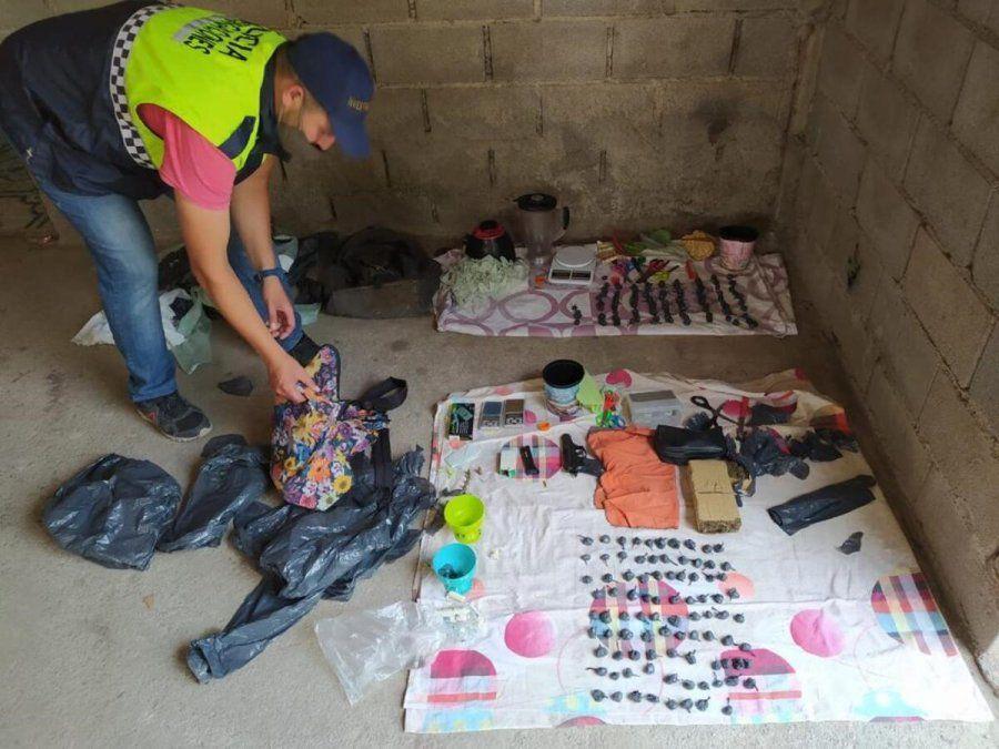 Encontraron droga y un arma de fuego en un allanamiento