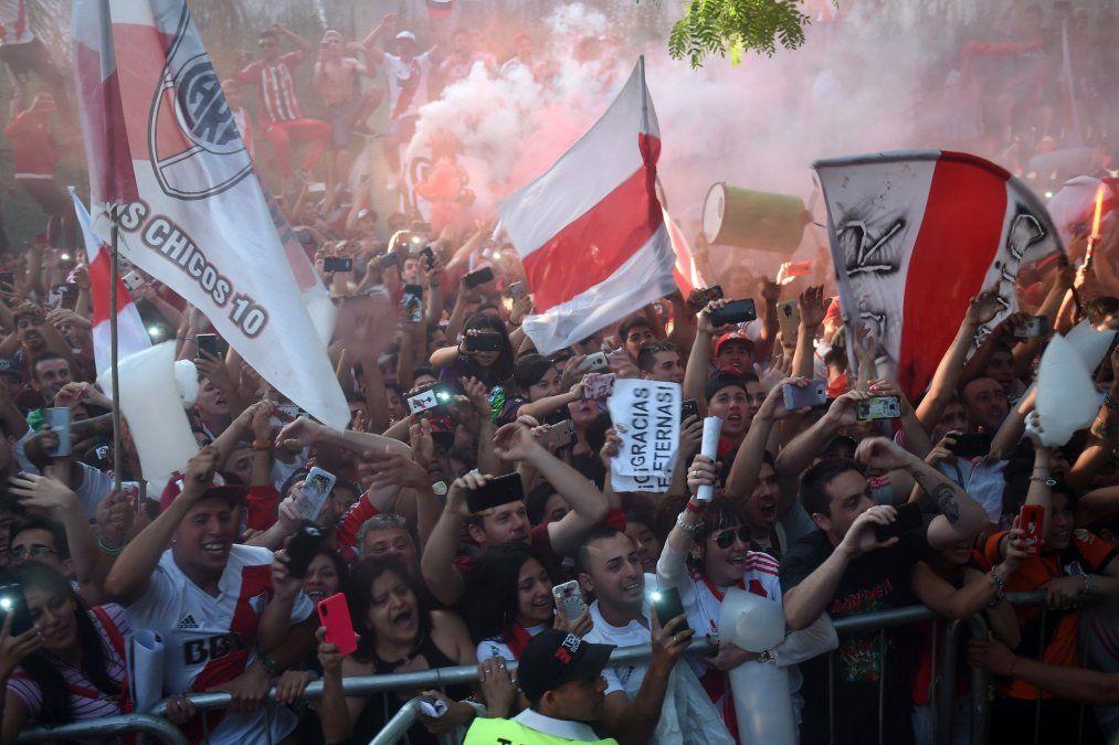 Una multitud recibió a River en su llegada a Buenos Aires
