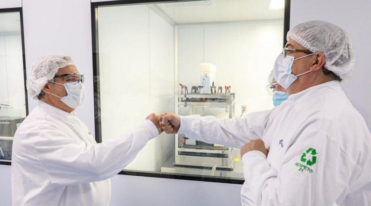 Fernández visitó el laboratorio que produce la vacuna
