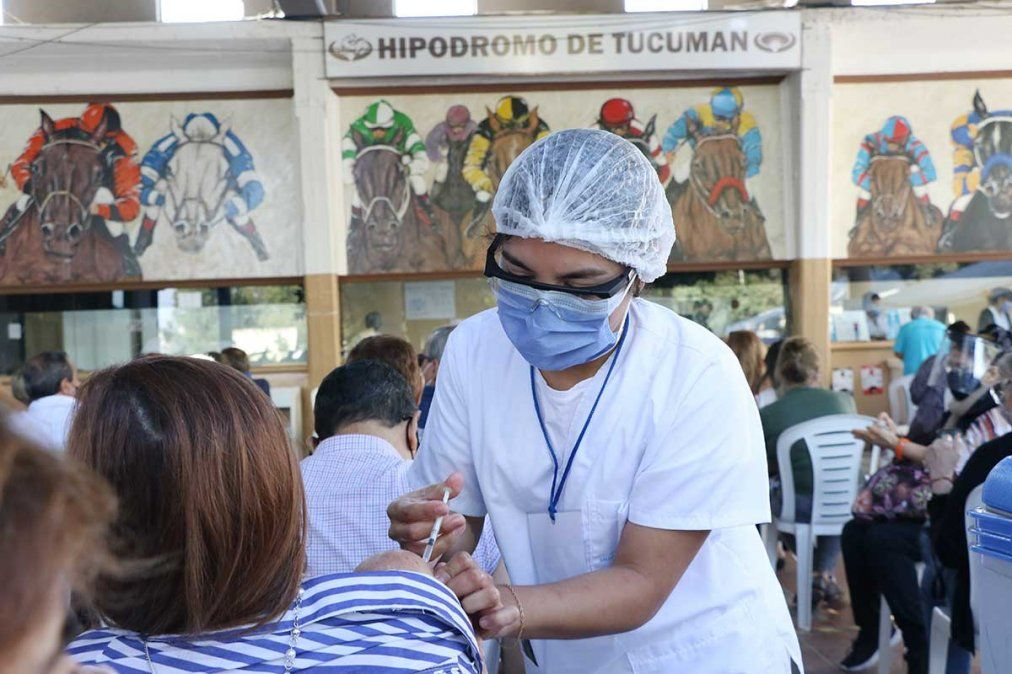 Monitorean a pacientes con reacciones a las vacunas Covid