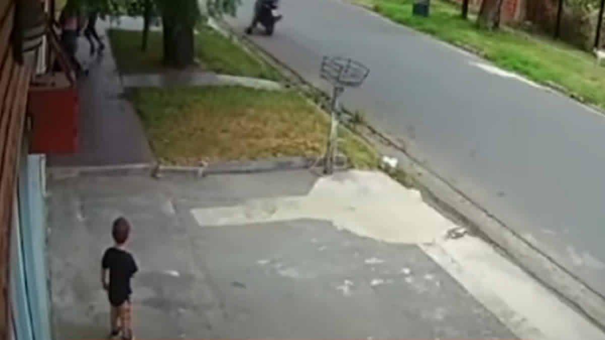 VIDEO Motochorros le robaron a una familia frente a su pequeño hijo