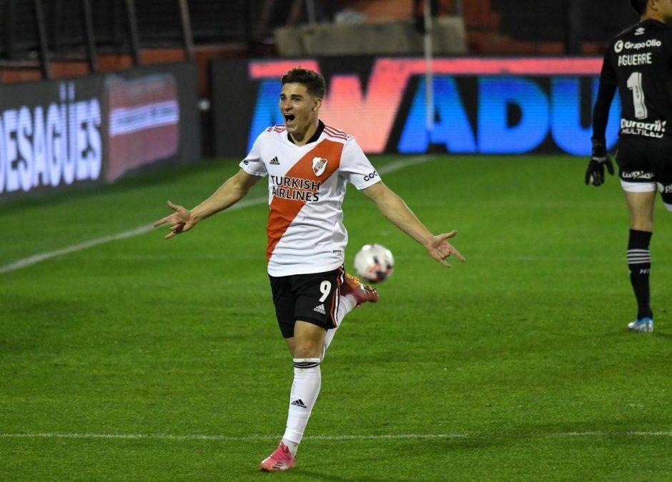 El Millonario goleó 4-1 a Newells en Rosario y tiene un pie en la cima. Foto: elgrafico.com.ar
