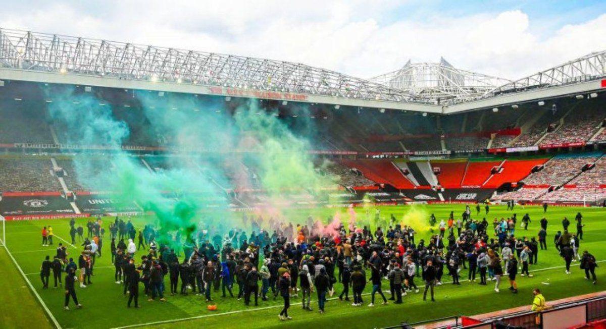 Hinchas del United invadieron el Old Trafford en protesta.