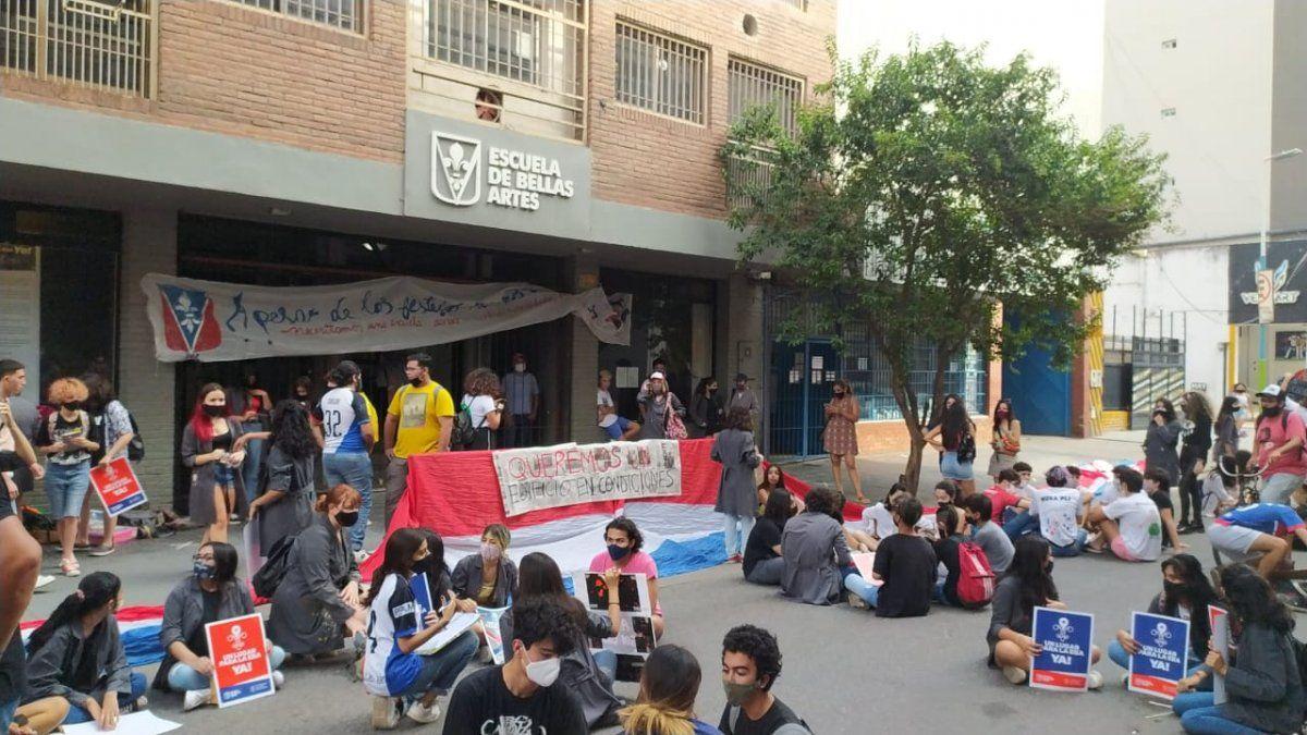 Escuela de Bellas Artes: se realizó una sentada