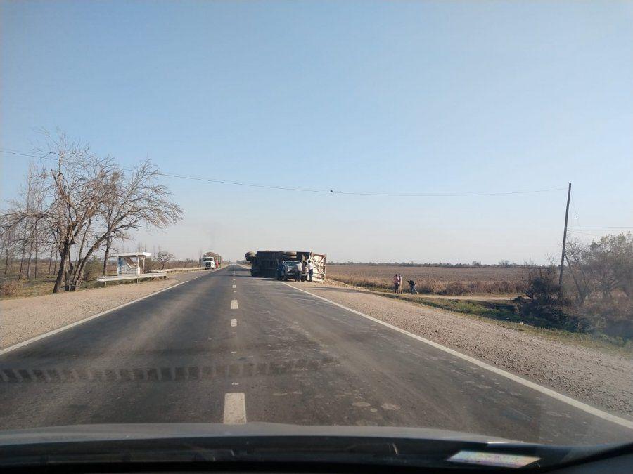 Río Colorado: camión perdió acoplado que volcó sobre la banquina.