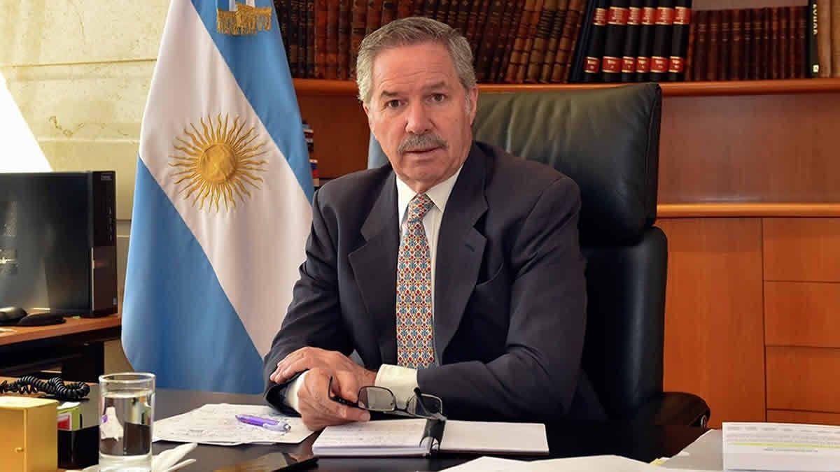 Felipe Solá se enteró de su salida del Gobierno en pleno vuelo