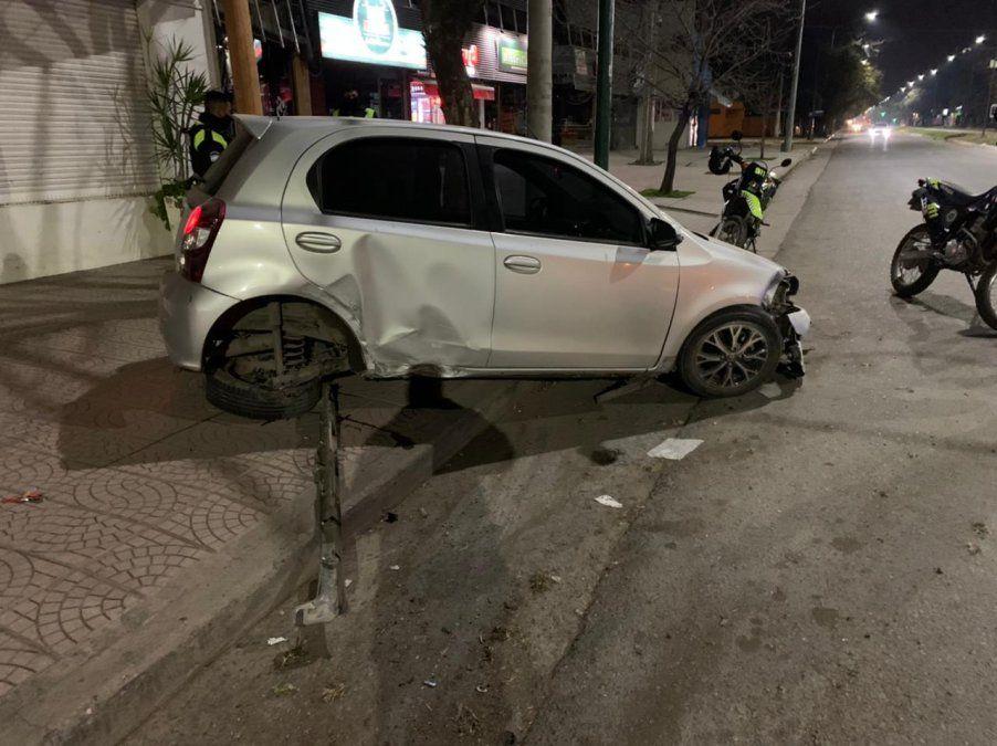 En Yerba Buena, un auto terminó en la vereda tras un accidente