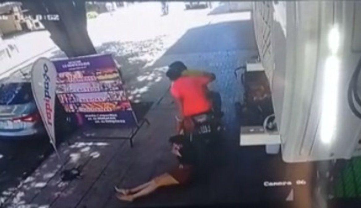 El motochorro arrastró a la mujer para robarle en Barrio Norte.