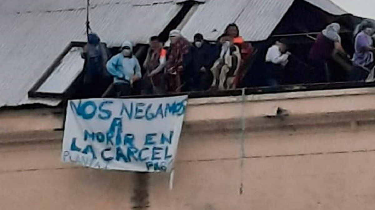 Capital Federal: presos se amotinaron en el techo de una cárcel