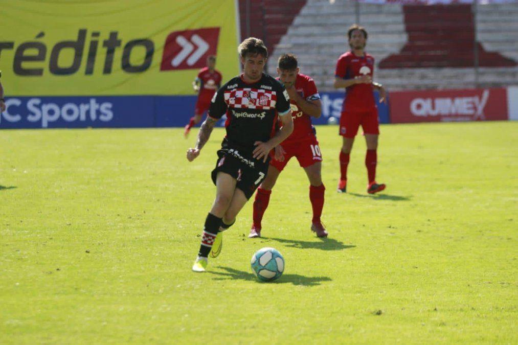 Ricardo Noir se lleva la pelota y quiere marcar su primer gol en San Martín.