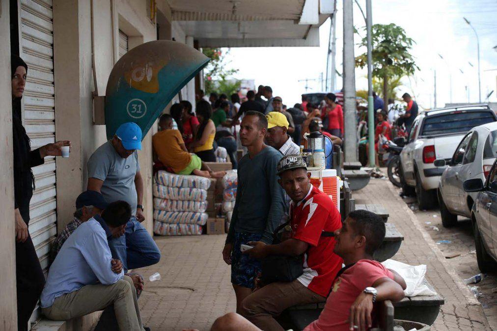 Un grupo de venezolanos en la ciudad de Pacaraima