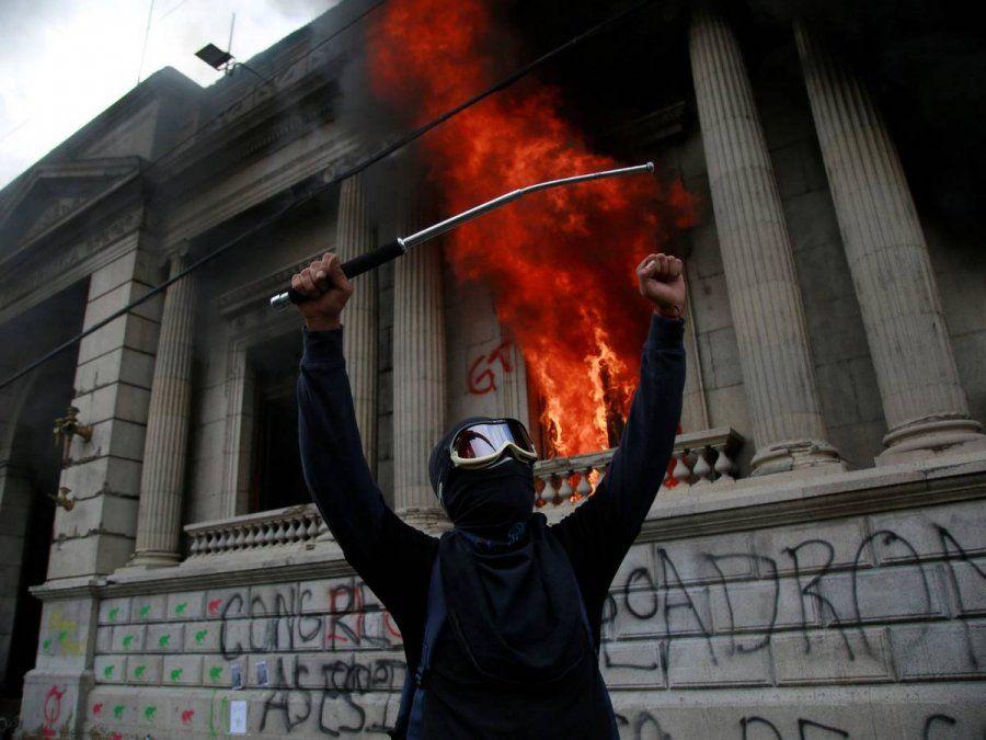 Tomaron el Congreso de Guatemala y lo prendieron fuego