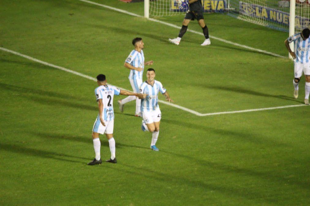 Carrera festeja su gol que le dio la primera victoria al Decano en el torneo. Foto Laura Zamora