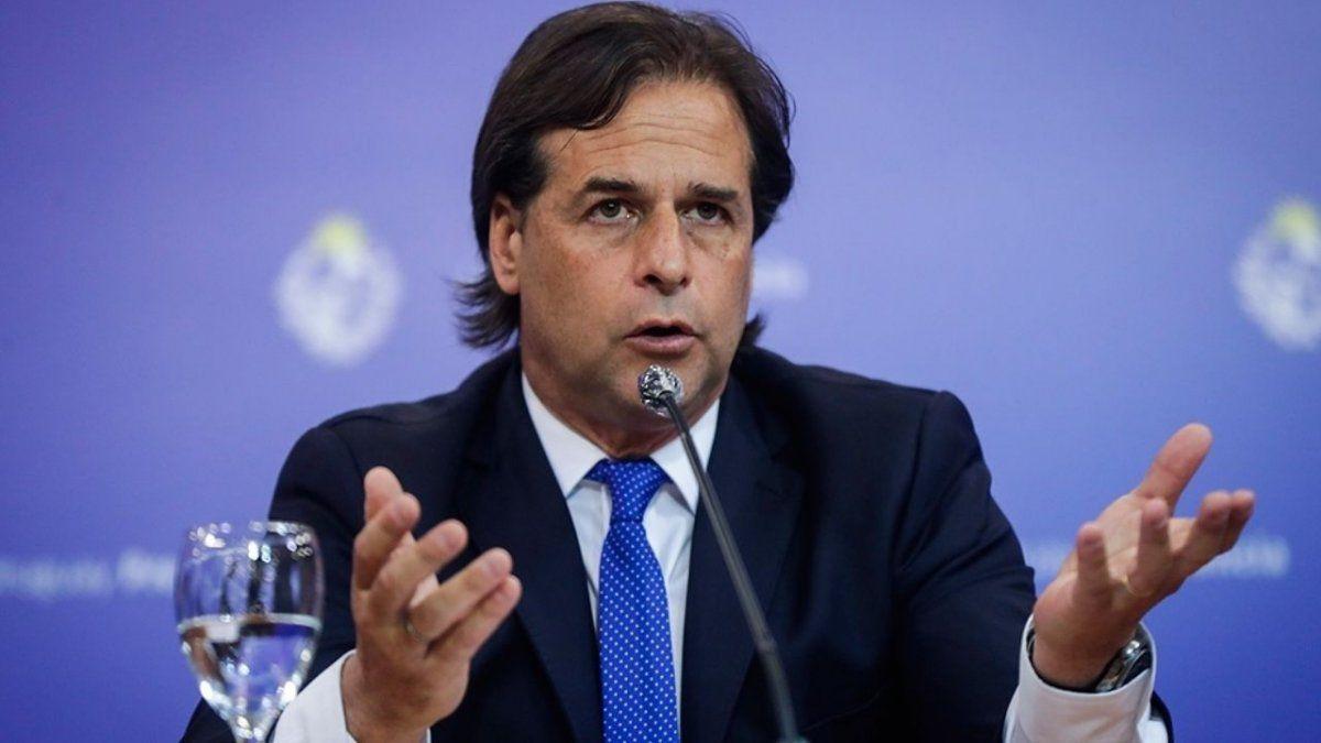 Uruguay anuncia restricciones con multas y teletrabajo