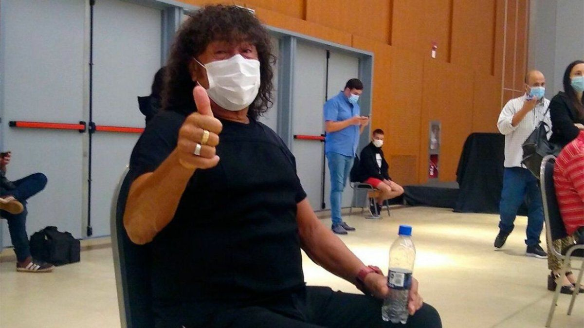 Carlos La Mona Jiménez recibió la vacuna contra el COVID-19