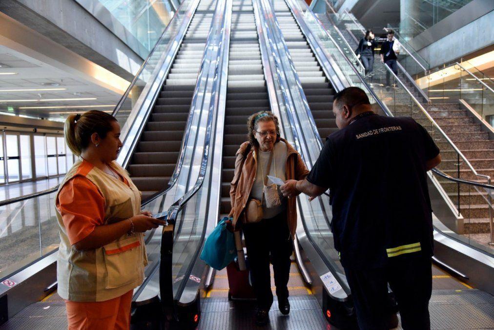 Reducen vuelos para evitar el ingreso de nuevas cepas