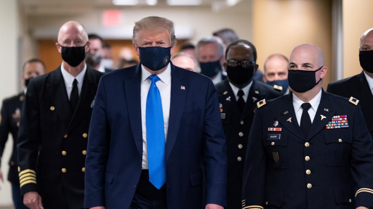 Donald Trump apareció con barbijo por primera vez
