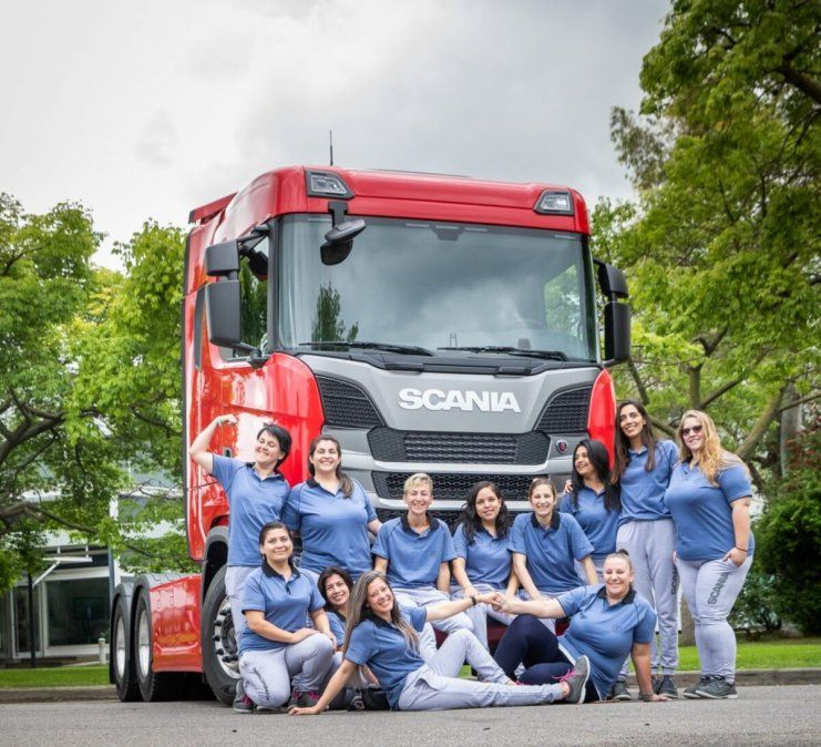 La Compañía Scania becará a 12 mujeres para capacitar en el Programa Conductoras.
