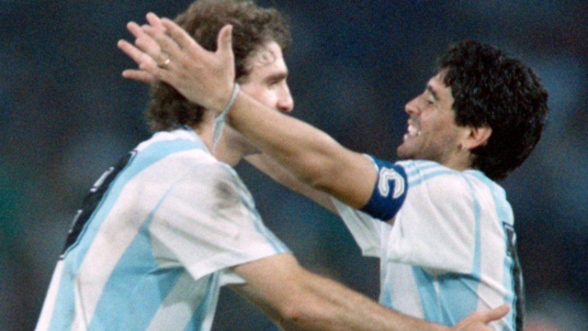 Oscar Ruggeri y Diego Maradona.