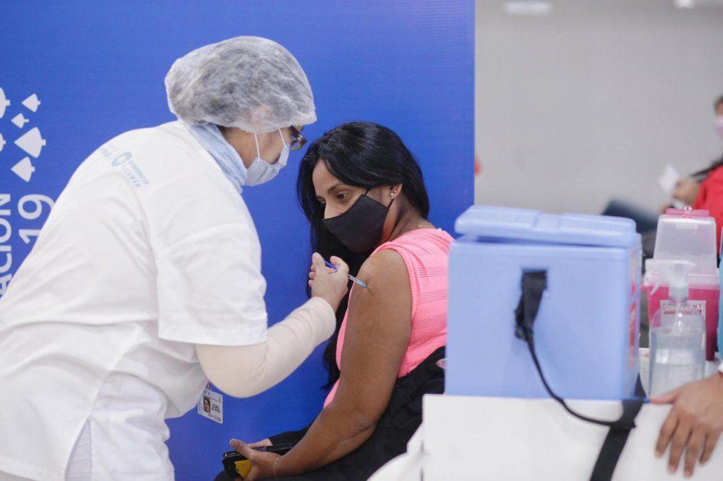 Salud ofrece monitoreo para pacientes con efectos adversos a las vacunas Covid.