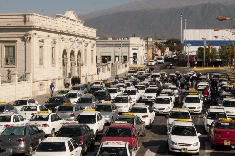 Catamarca: Taxistas y remiseros enfrentados por una Ordenanza