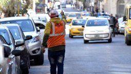 """En gran parte de la capital de Tucumán y otras de las principales ciudades de la provincia, numerosas personas se desempeñan como """"trapitos"""", cuidando autos estacionados en la vía pública a cambio de dinero."""