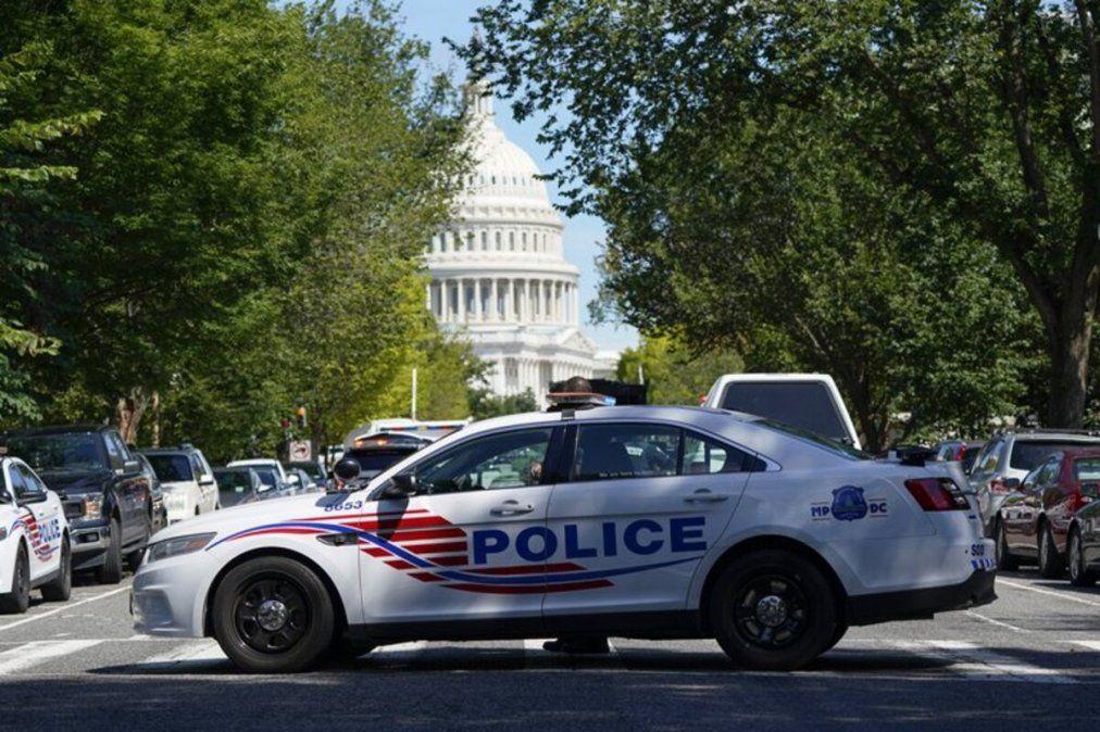 La policía de EEUU negoció por varias horas con el hombre que protestó en contra del Gobierno.