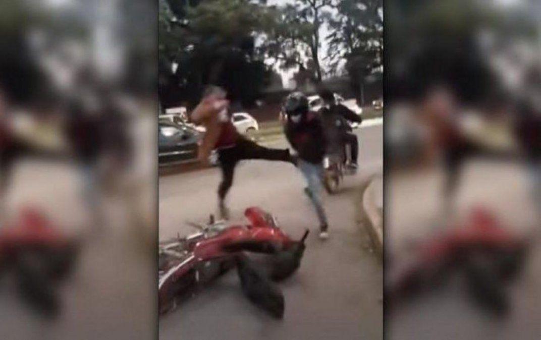Un juez de Familia agarró a patadas a un motociclista.