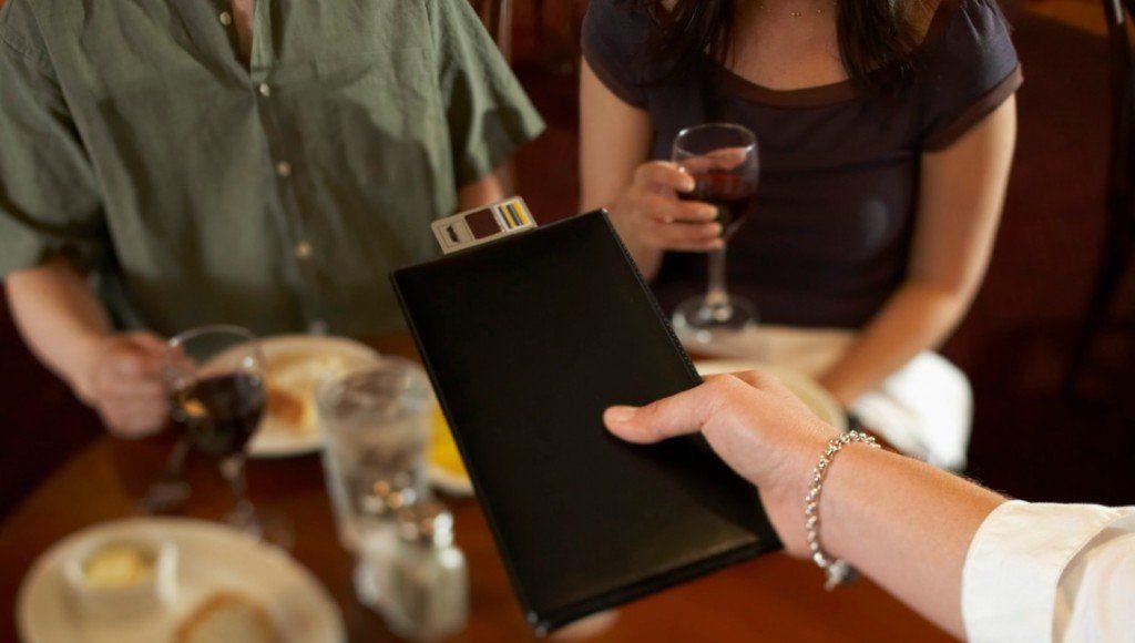 Declaran ilegal el cobro del servicio de mesa en restaurantes