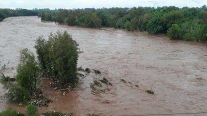 Evacuados y crecidas de ríos por el temporal en Tucumán