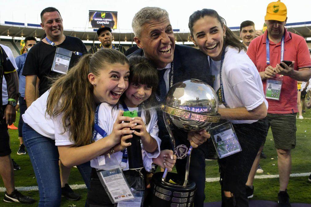 Hernán Crespo junto a sus hijas y a la Copa Sudamericana.