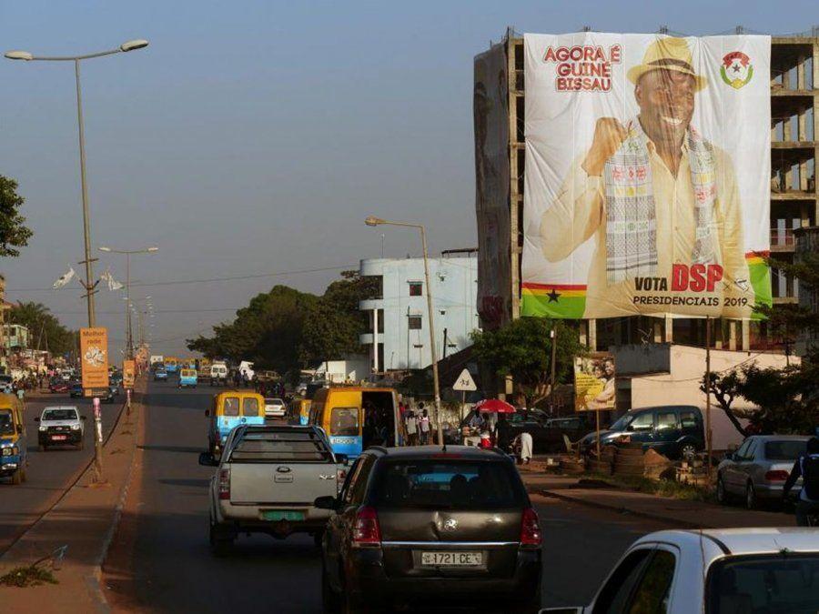 Un póster del candidato presidencial Domingos Simoes Pereira en Bissau. La corrupción política y debilidad institucional han generado una atracción para las bandas narcotráficantes