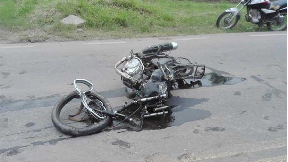 Murieron dos hermanos al chocar contra un auto