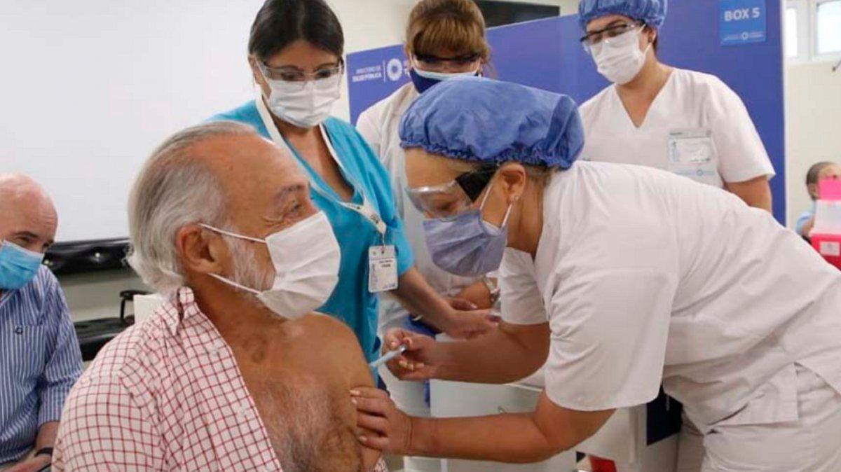 Chahla supervisó la vacunación del doctor Alfredo Miroli