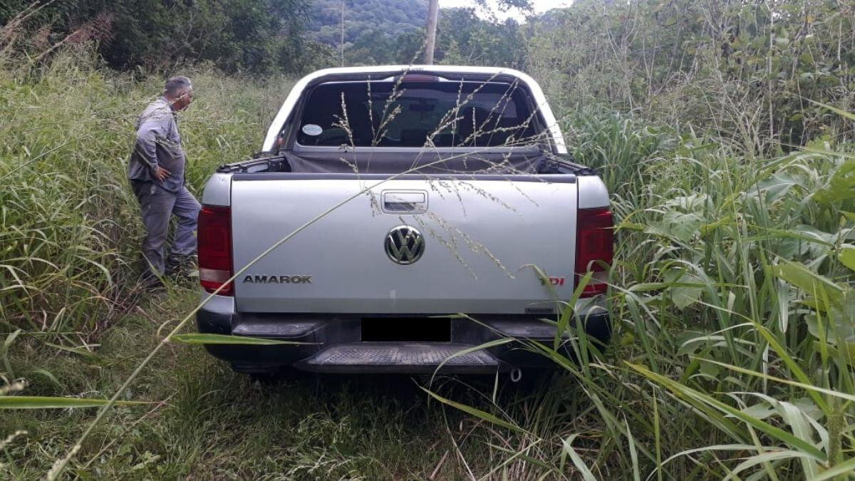 Encontraron lacamioneta Volkswagen Amarokabandonada a unos 800 metros de la Ruta Nacional 9