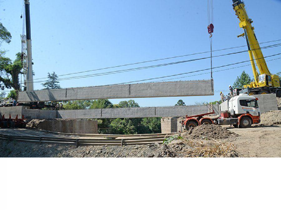 Instalan las vigas del nuevo puente de El Corte